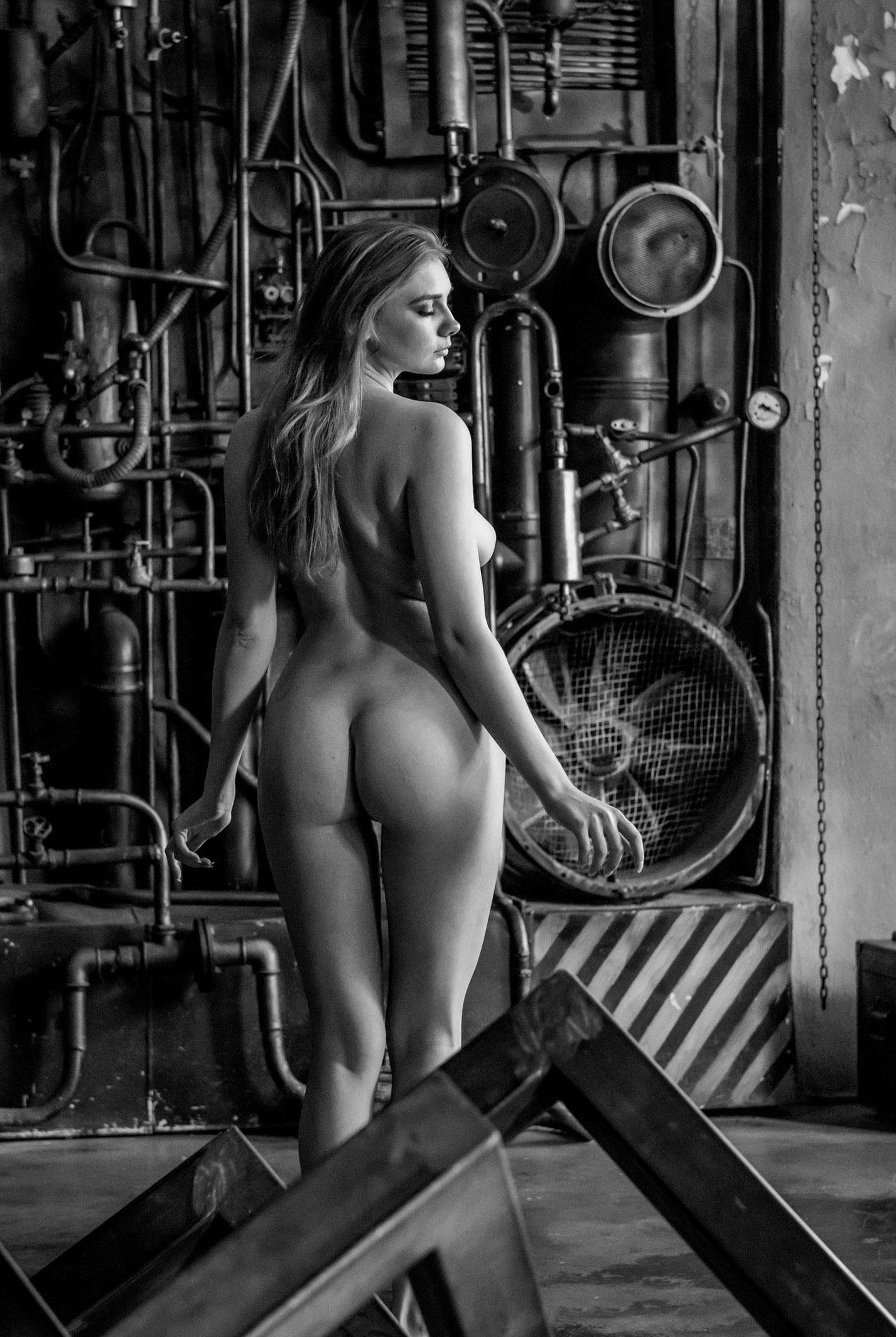 голая Наталья Тихомирова в заводском цеху / фото 08