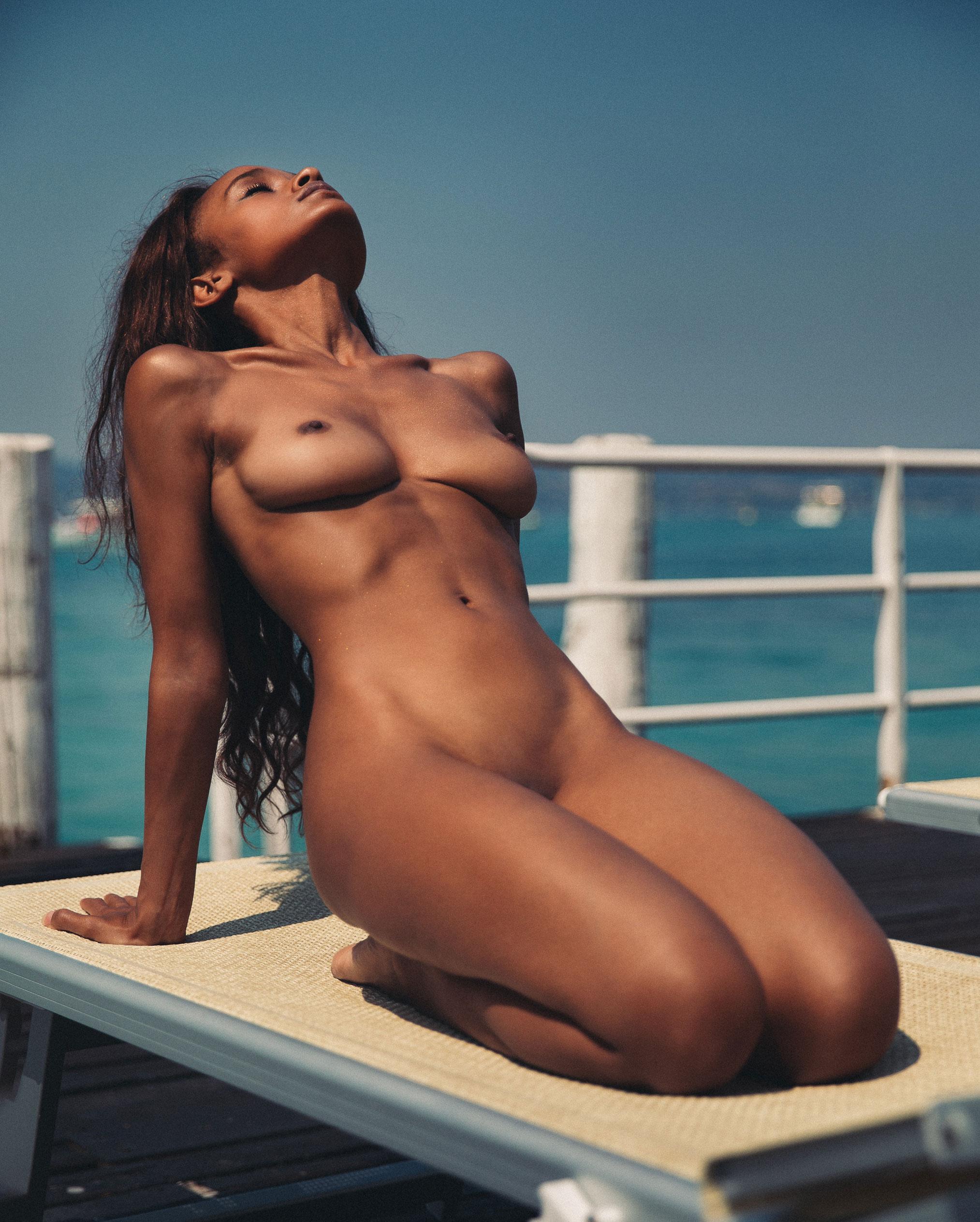 Сексуальная голая девушка загорает под итальянским солнцем / фото 05