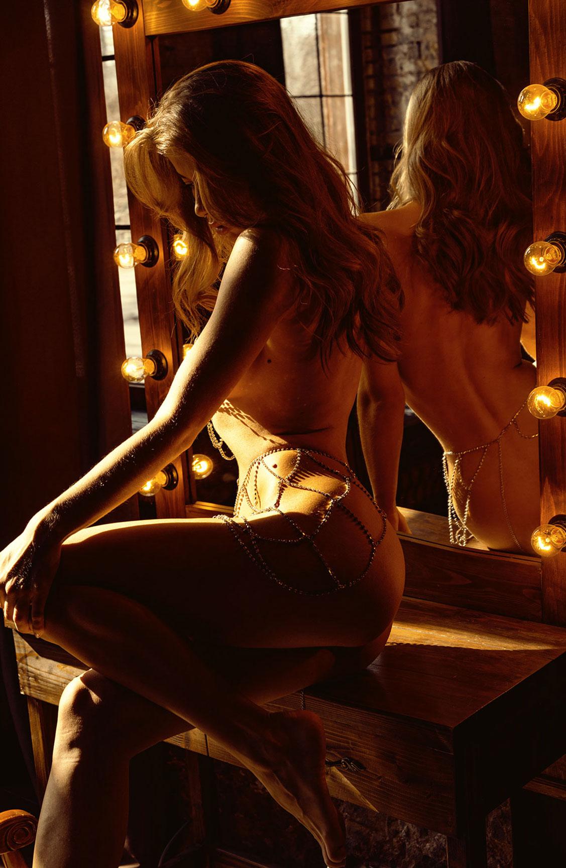 Сексуальная голая девушка в драгоценных цепях / фото 16