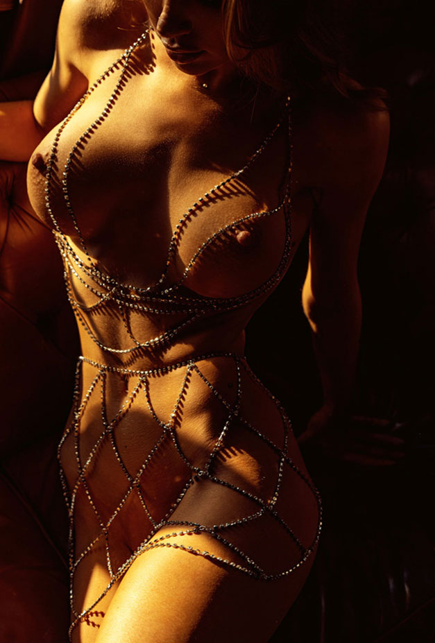 Сексуальная голая девушка в драгоценных цепях / фото 04