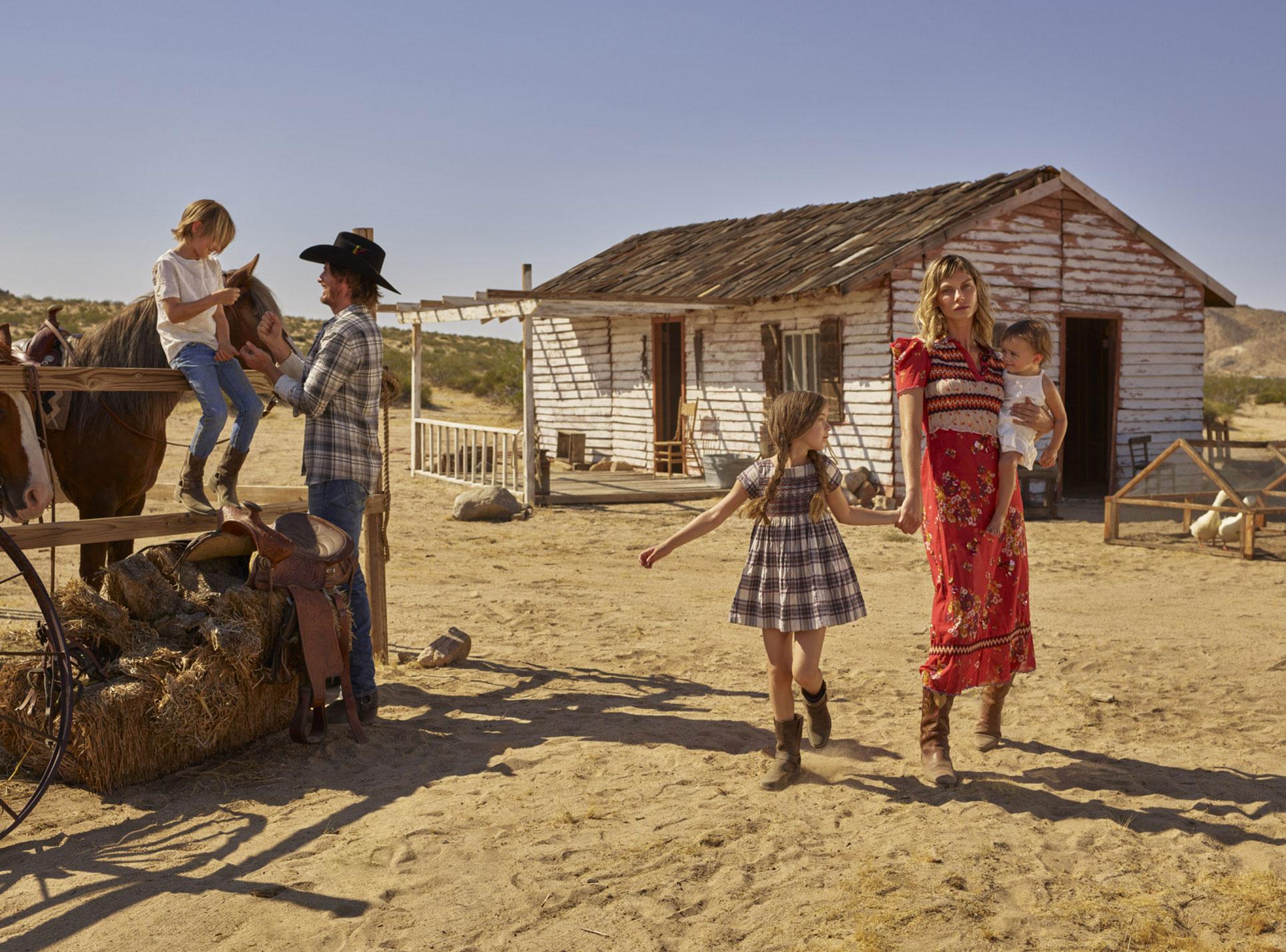 Анджела Линдвалл с Райаном и детьми осваивают Дикий Запад / фото 02