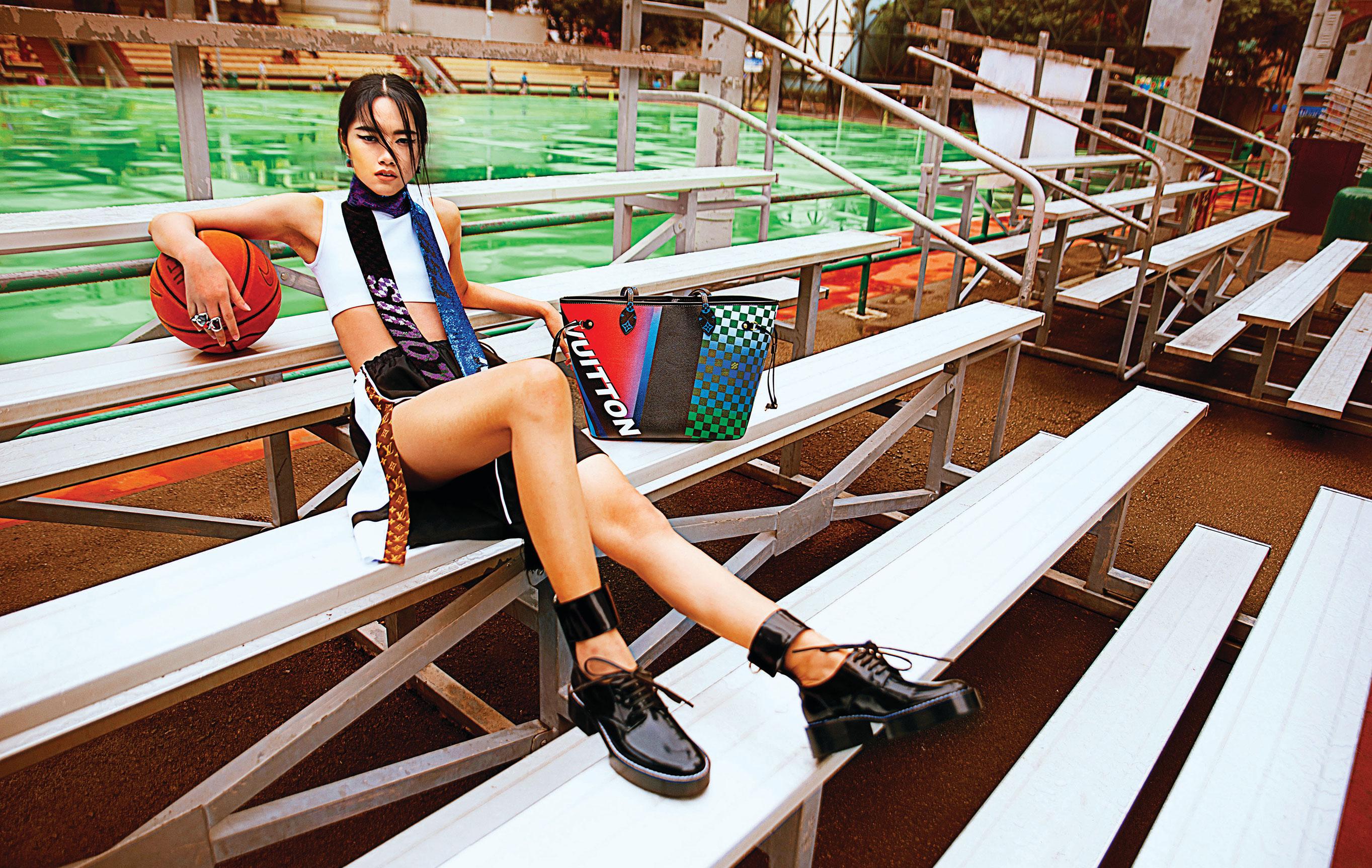 Модная азиатская девушка скучает на трибунах стадиона / фото 01