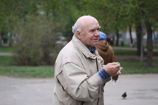 Пенсионер со своей порцией щей