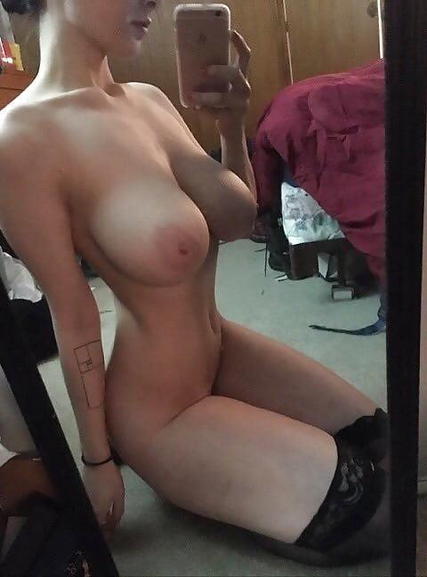 Naked girlfriend selfie-8564