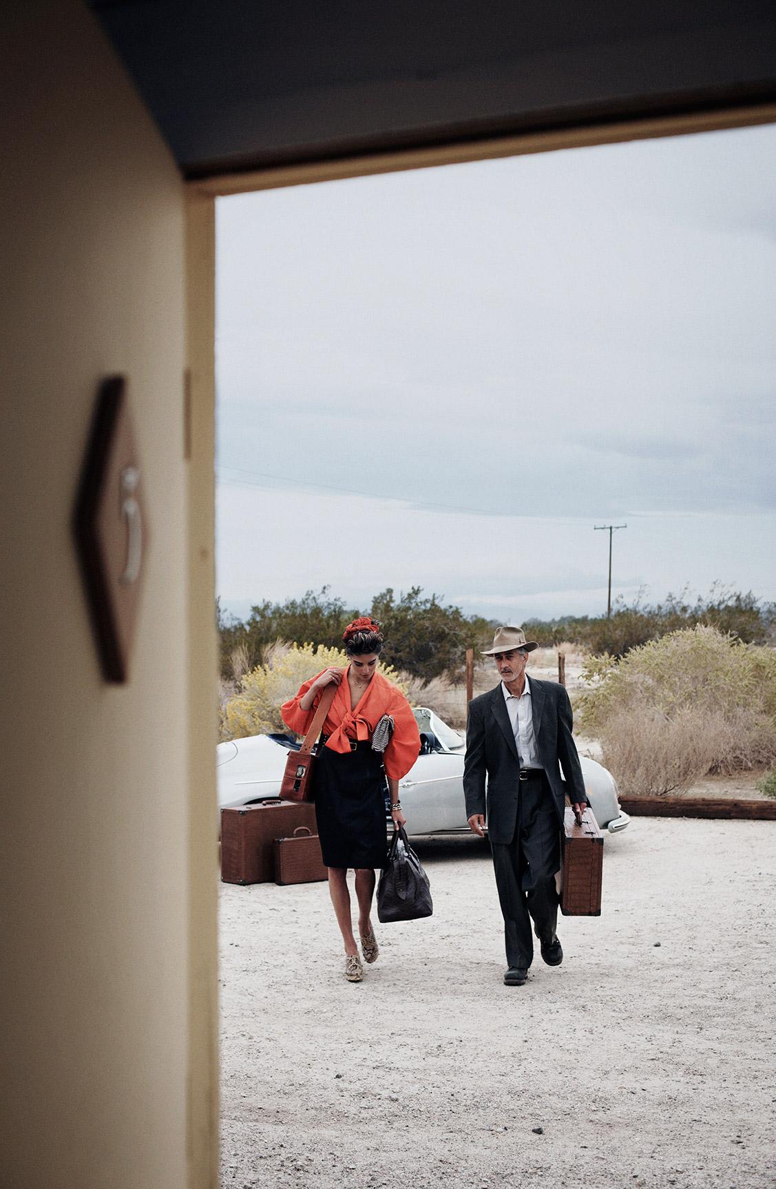 Дарья Вербовы и Дэвид Стрэтэйрн в заброшенном поселке / фотограф Питер Линдберг / фото 02
