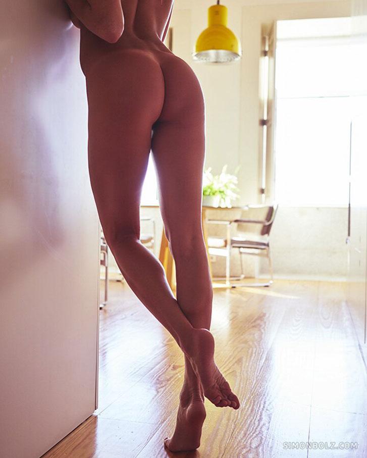 Сексуальная и голая Клара скучает в доме на берегу океана / фото 07