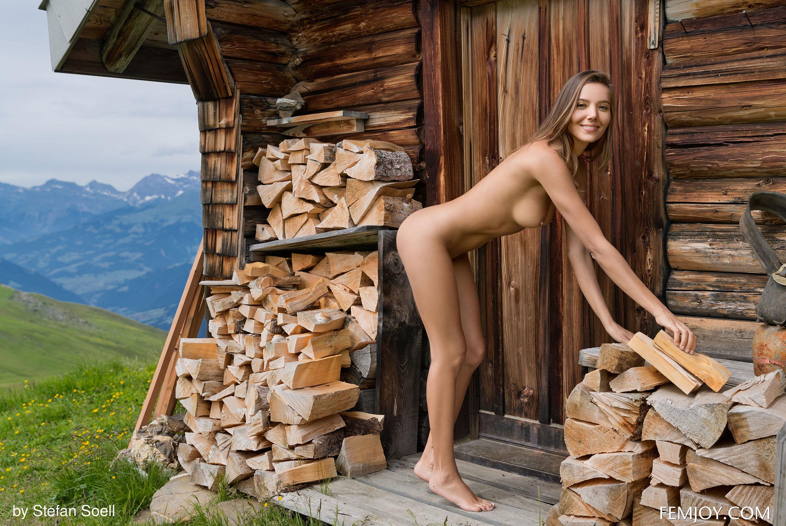 Сексуальная Катя - голая и одинокая в избушке на склоне Альпийских гор / фото 18