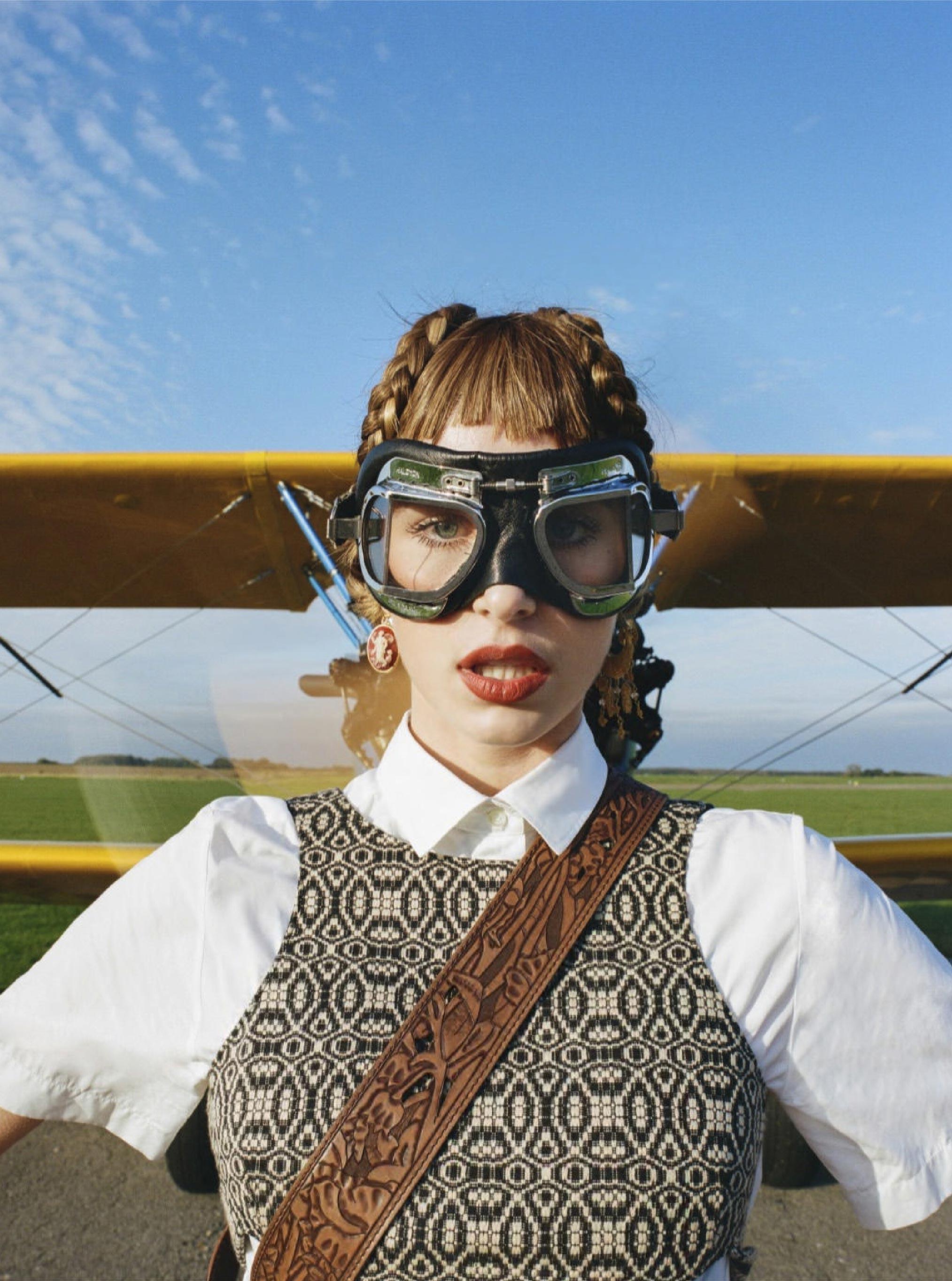 Лолита Гонсалес на крыле самолета / фото 07