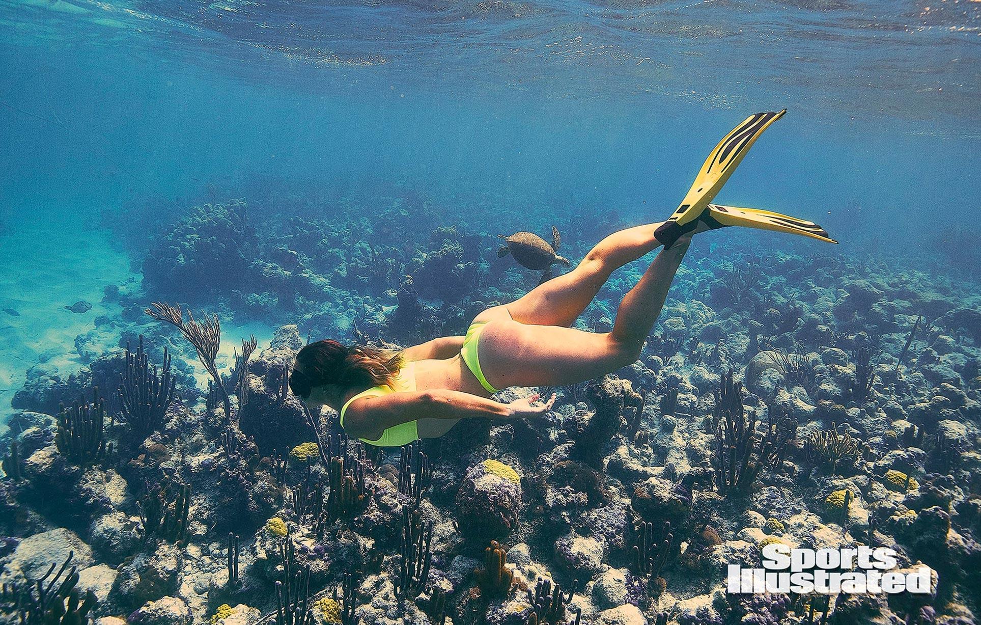 Кортни Конлог в каталоге купальников Sports Illustrated Swimsuit 2020 / фото 05