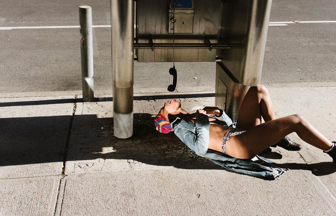 обнаженные девушки на улицах города в фотокниге Fucking New York by Nikola Tamindzic