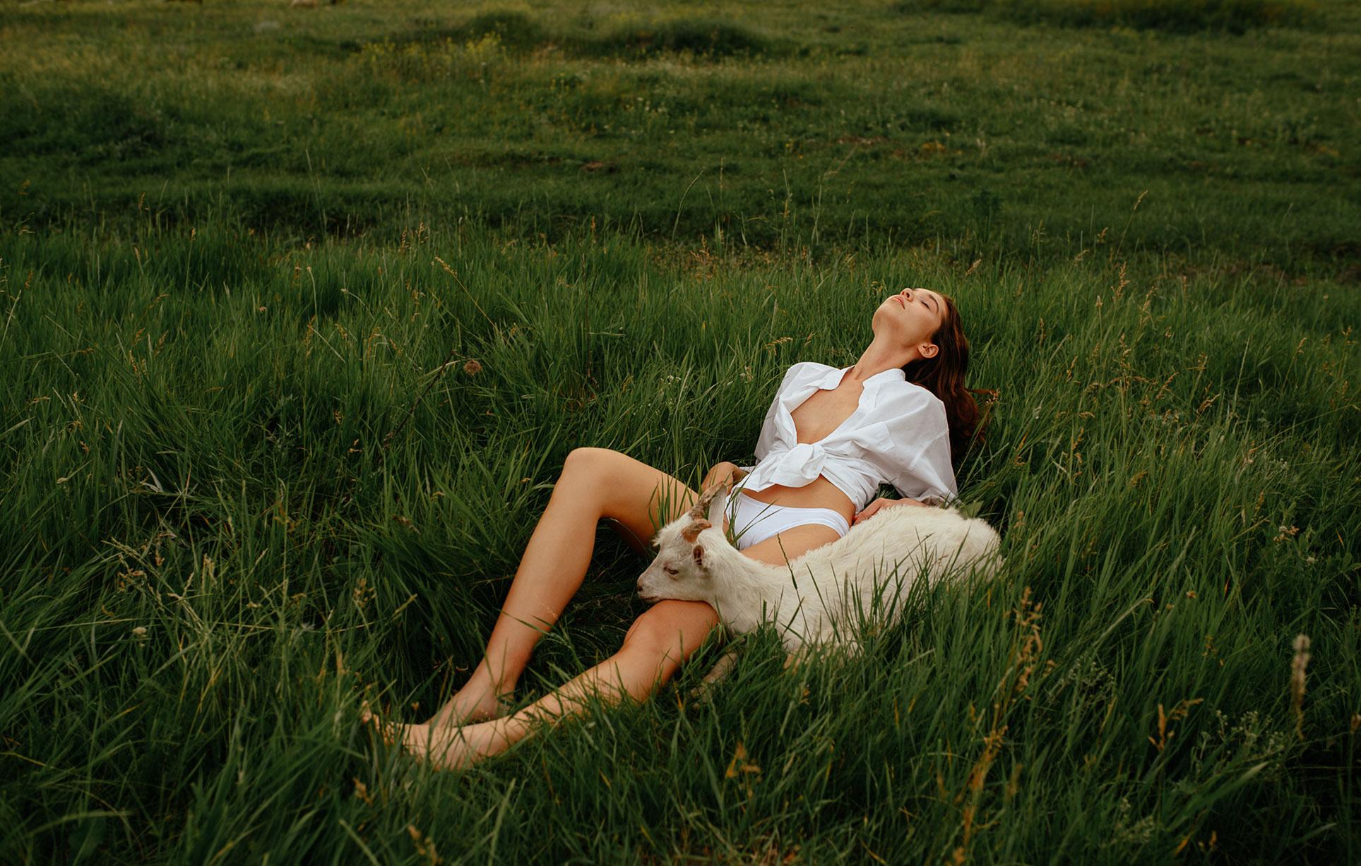 Прогулка с красивой девушкой в летнем поле / фото 02
