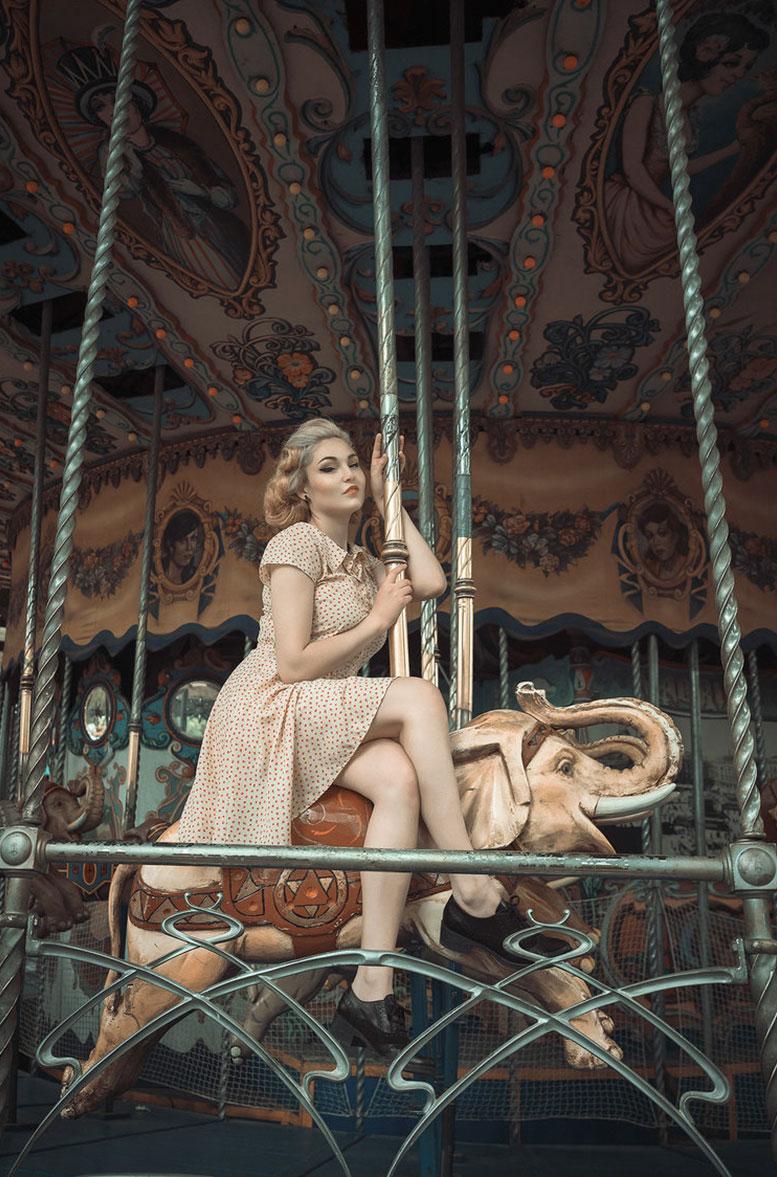 Девушки отдыхают в парке развлечений в стиле 1950-х годов / фото 12