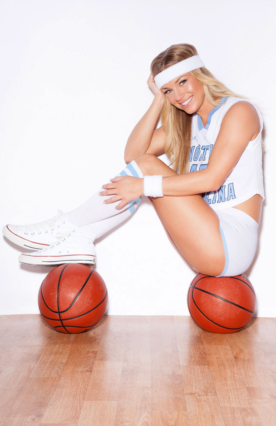Никки Ли играет в баскетбол в форме команды North Carolina Tar Heels / Nikki Leigh - College Basketball