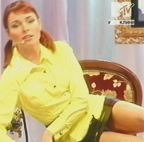 телеведущей под юбкой - 3