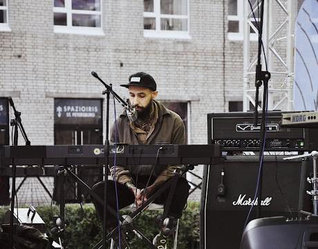 Музыкант за синтезатором