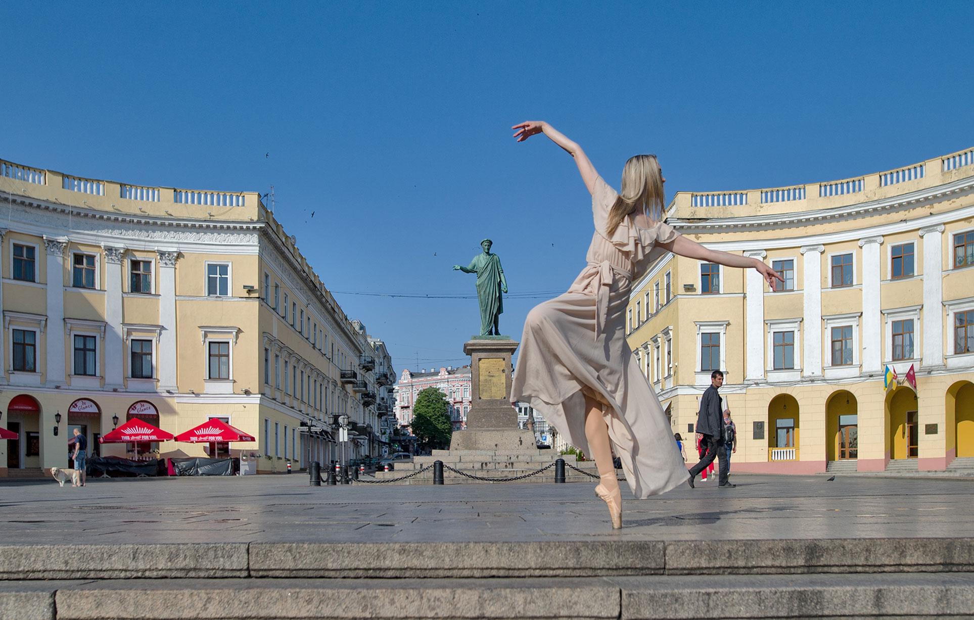 Танцующая Одесса - артисты труппы одесского театра оперы и балета танцуют на улицах города / Odessa City Ballet by Andrey Stanko