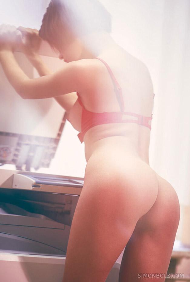 голая Наташа Удовенко сидит на ксероксе в немецком офисе / фото 04