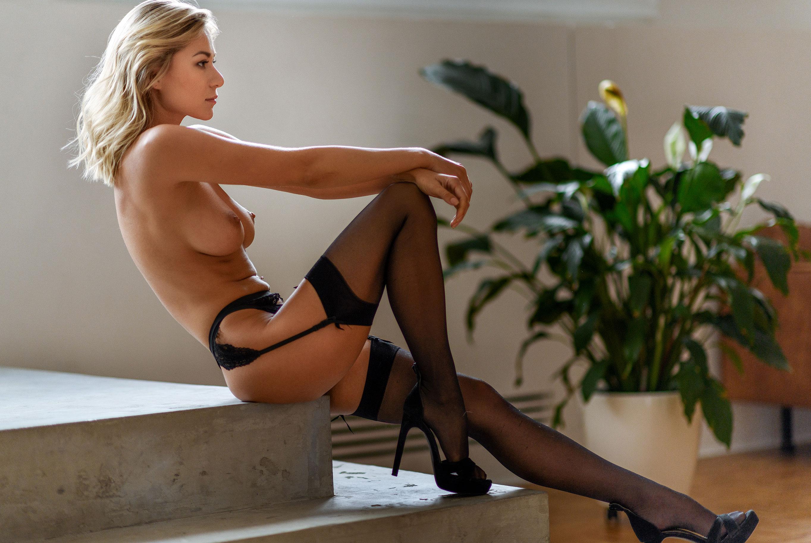 Дарья Литвин в сексуальных черных чулках / фото 11