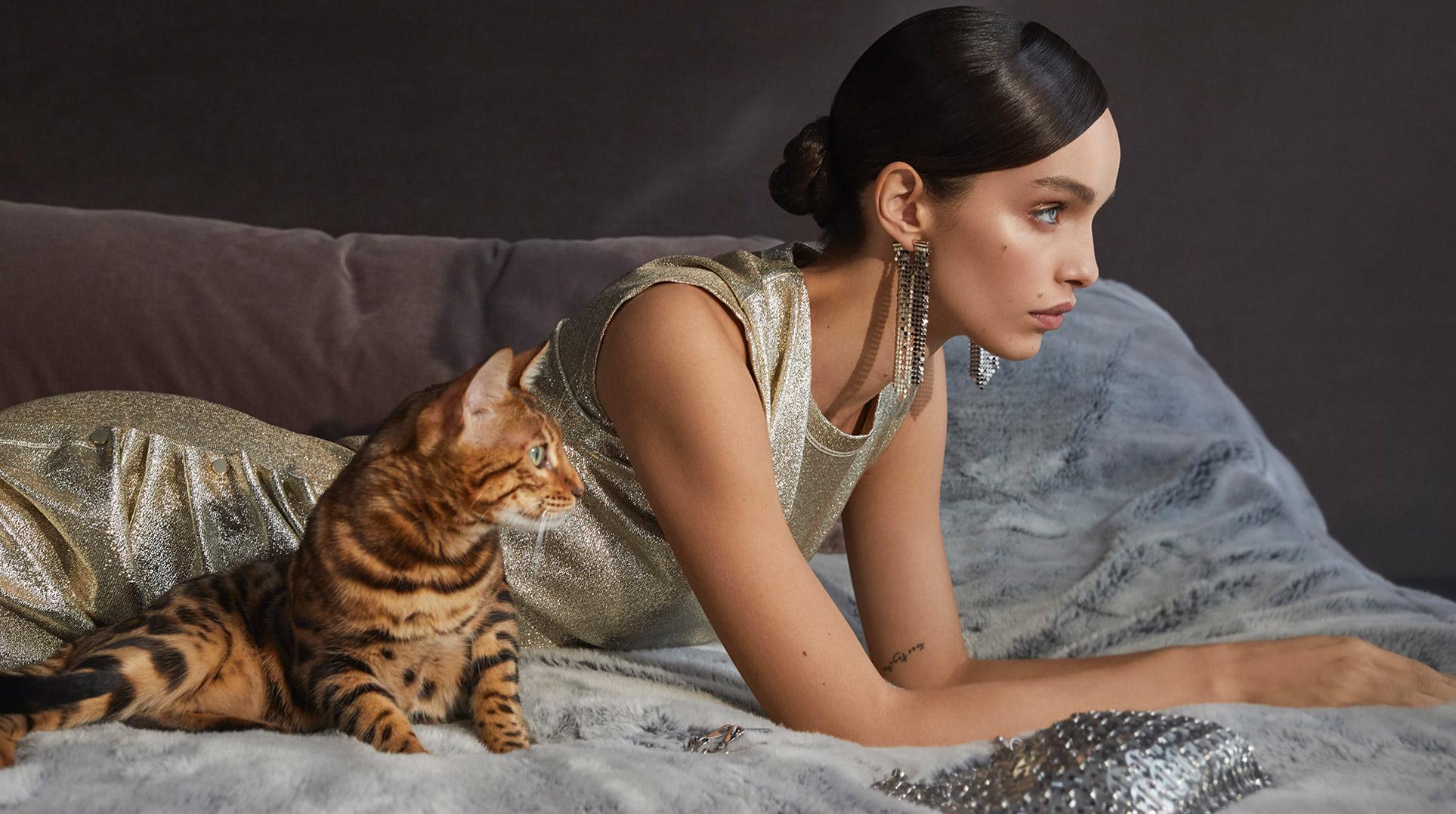 Девушка, кошка и модные сумочки / фото 01