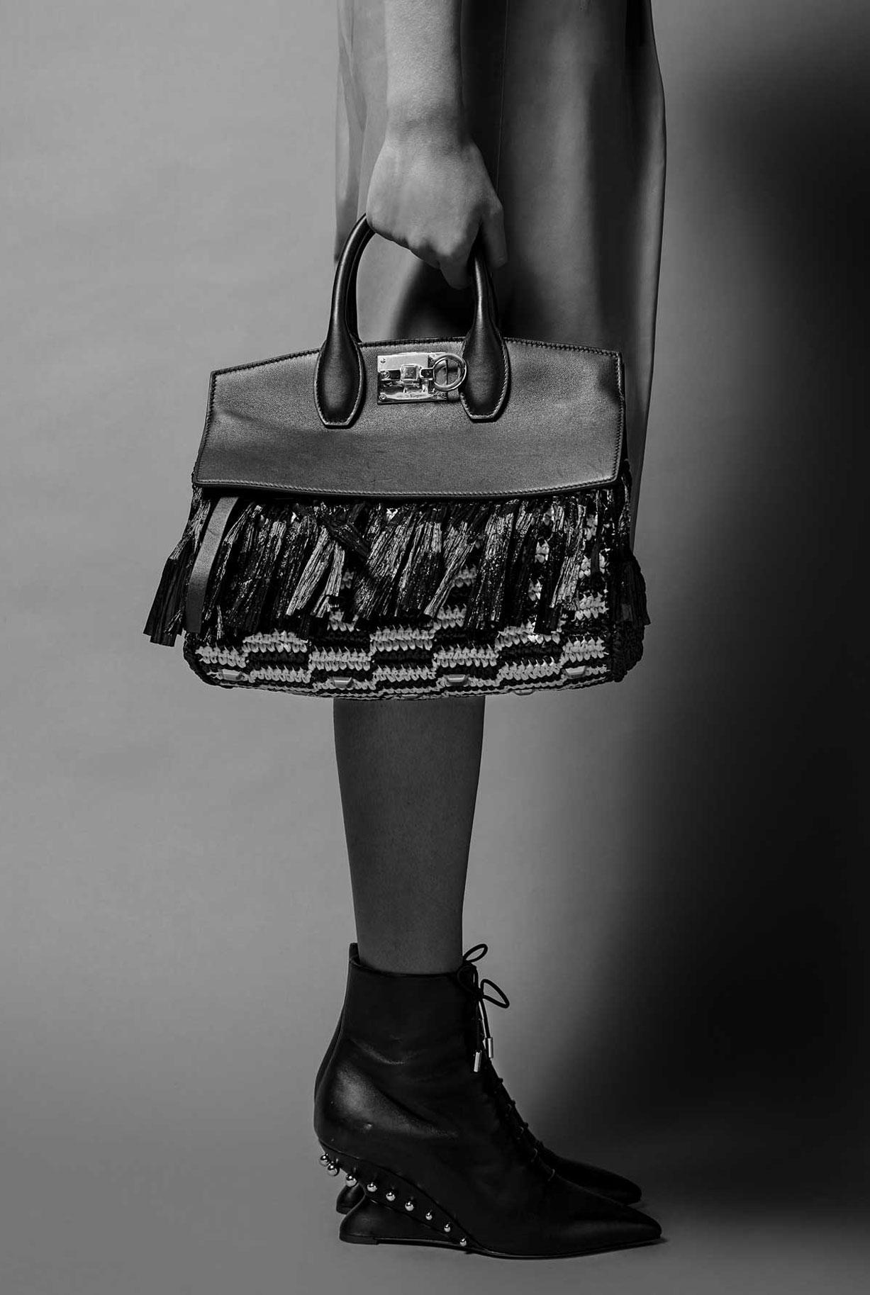 Модные сумочки Salvatore Ferragamo в исторических интерьерах / фото 06