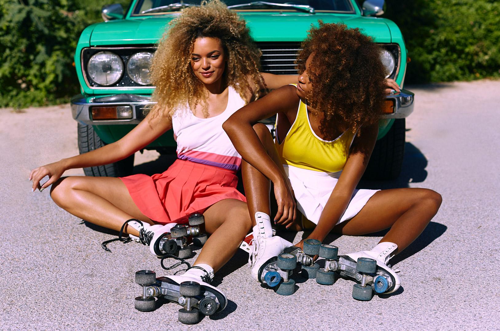 Очаровательные девушки катаются на роликах / фото 01