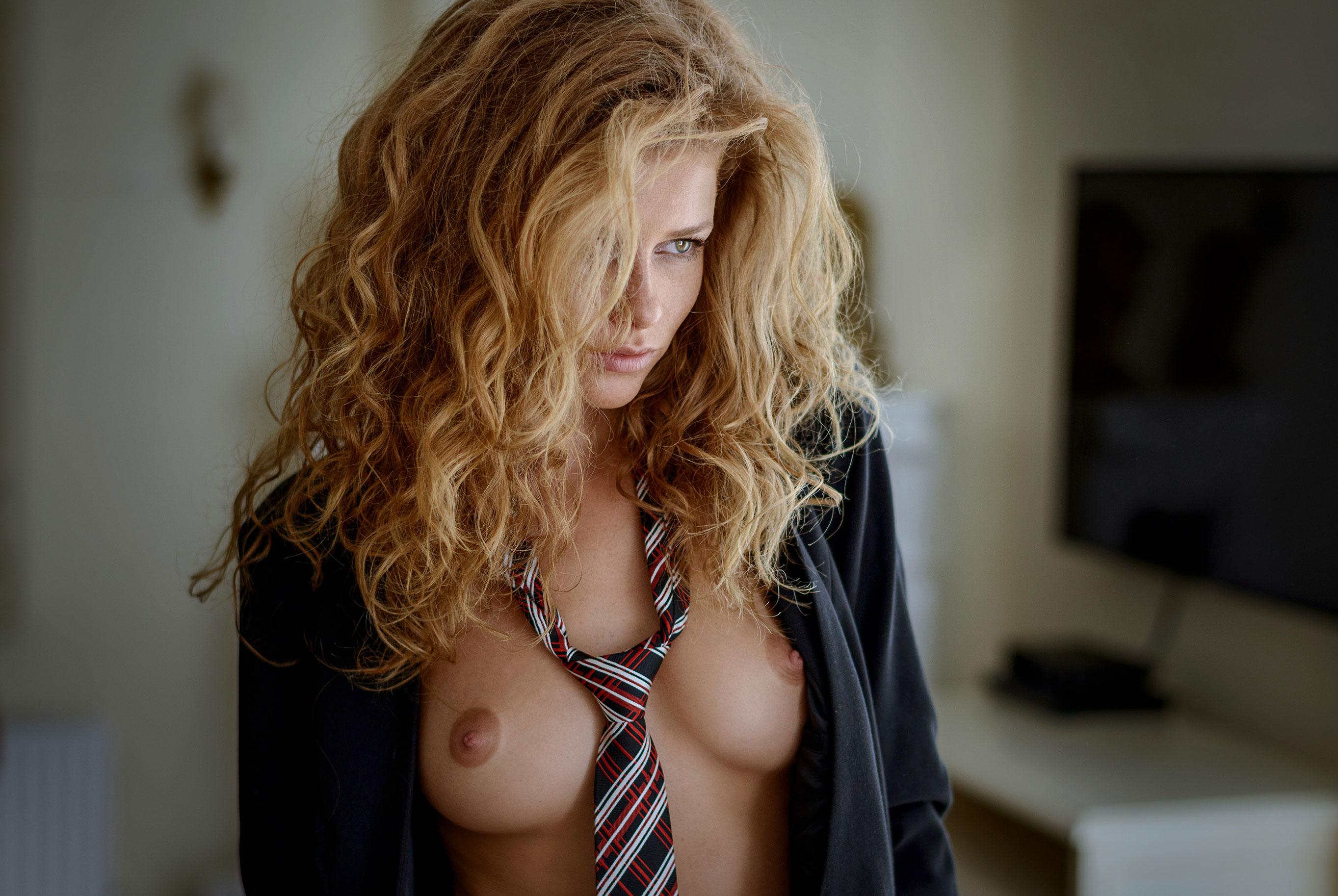 Юлия Ярошенко в костюме и галстуке / фото 01