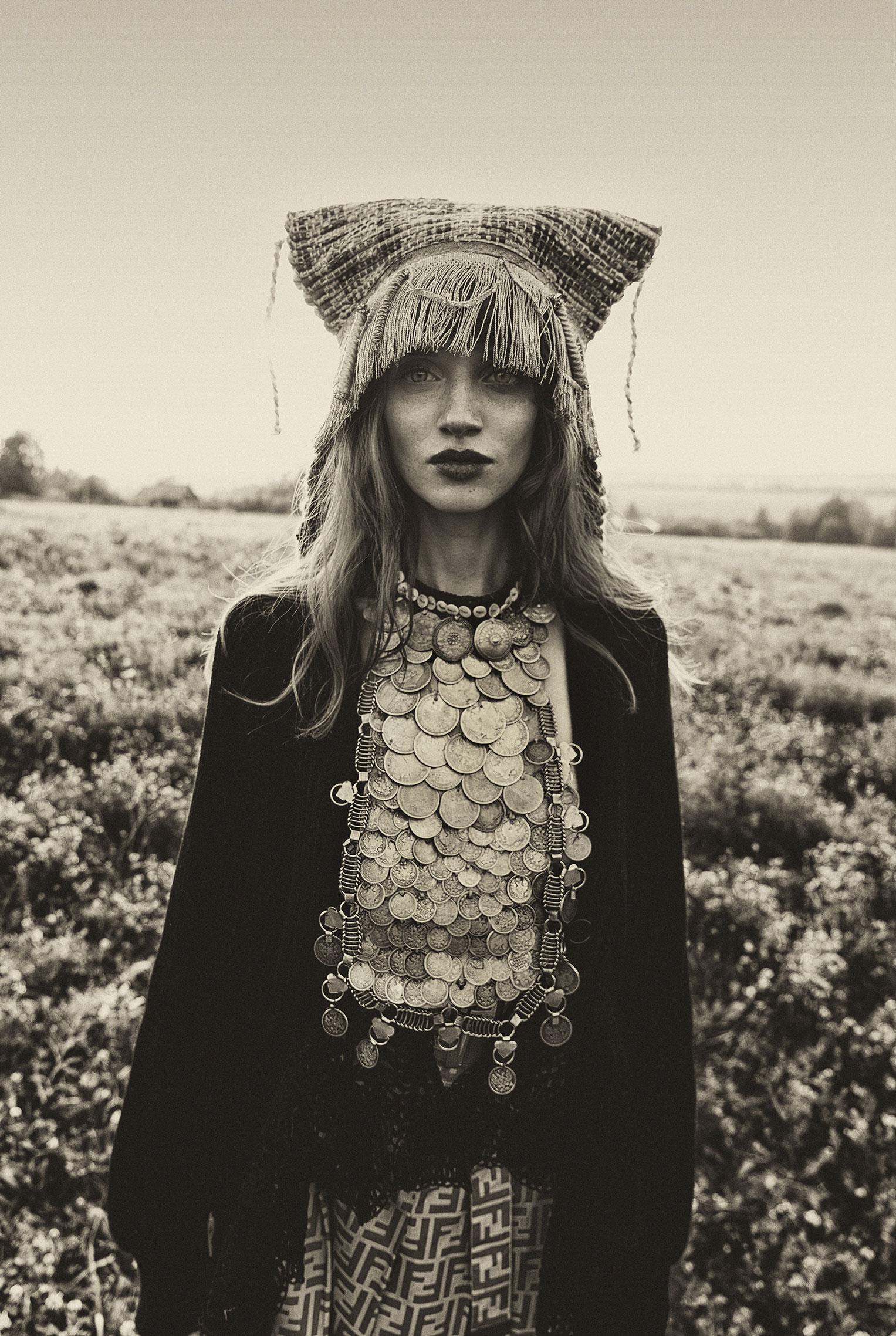 Модные наряды в деревенских интерьерах / фото 16