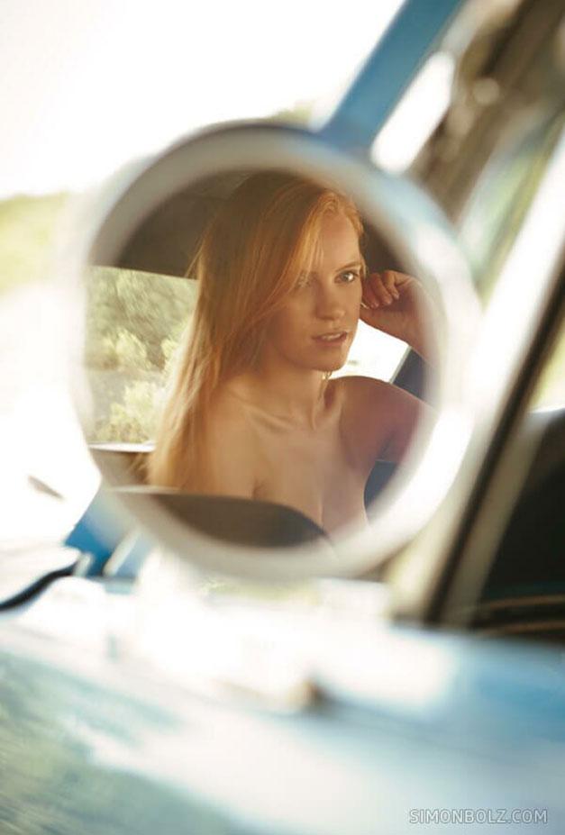 Голая гонщица за рулем винтажного Ford Mustang / Rubia Stringsi nude by Simon Bolz