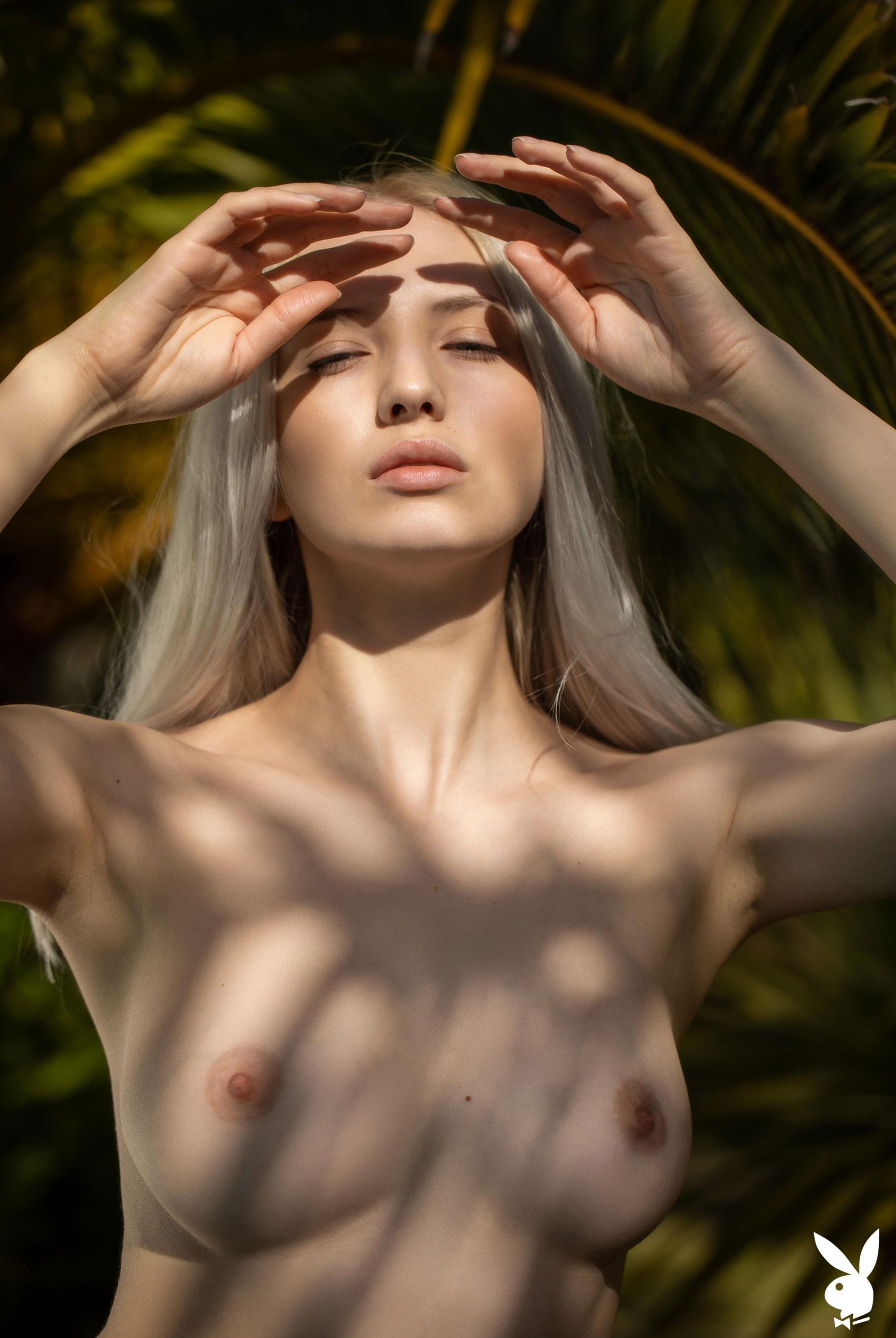 Сексуальная и голая Моника Васп в окружении тропических растений / фото 11