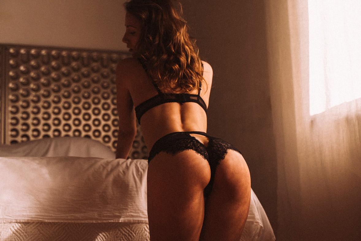 мечтающая девушка в кружевном нижнем белье / фото 17