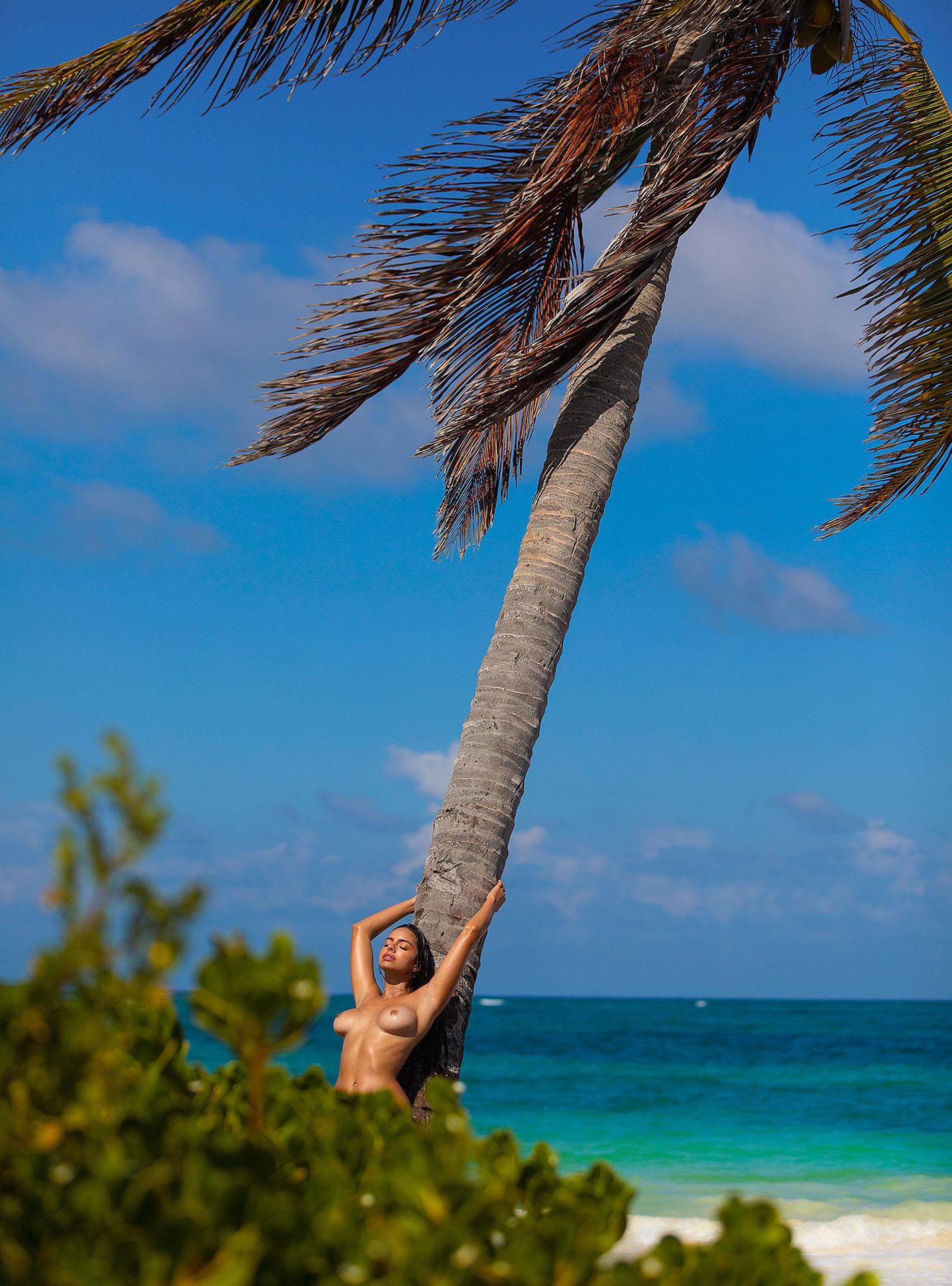 Голая пуэрториканка Присцилла Хаггинс на пляже Тулума / фото 16