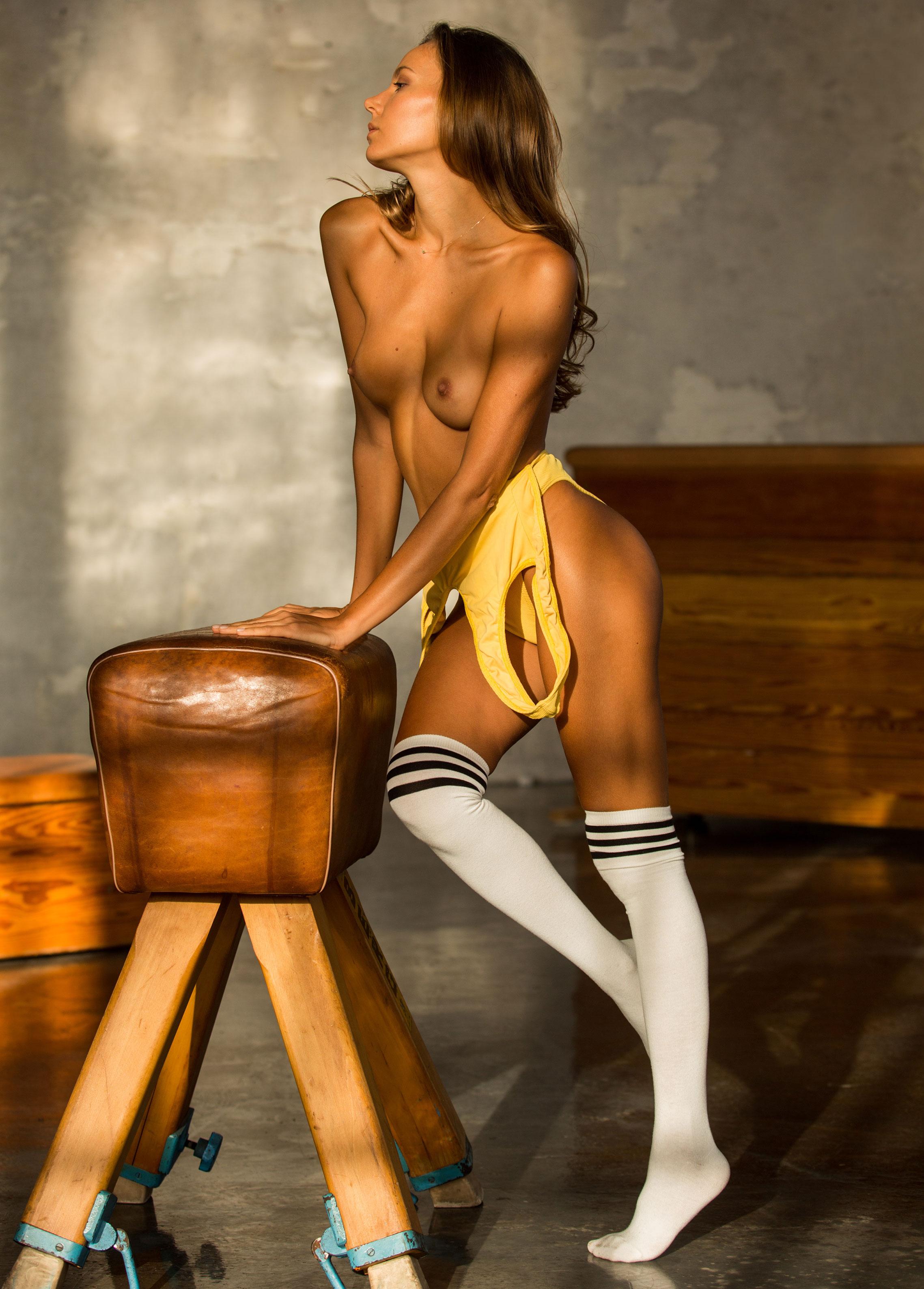 голая Катя Кловер занимается гимнастикой в спортзале / фото 05