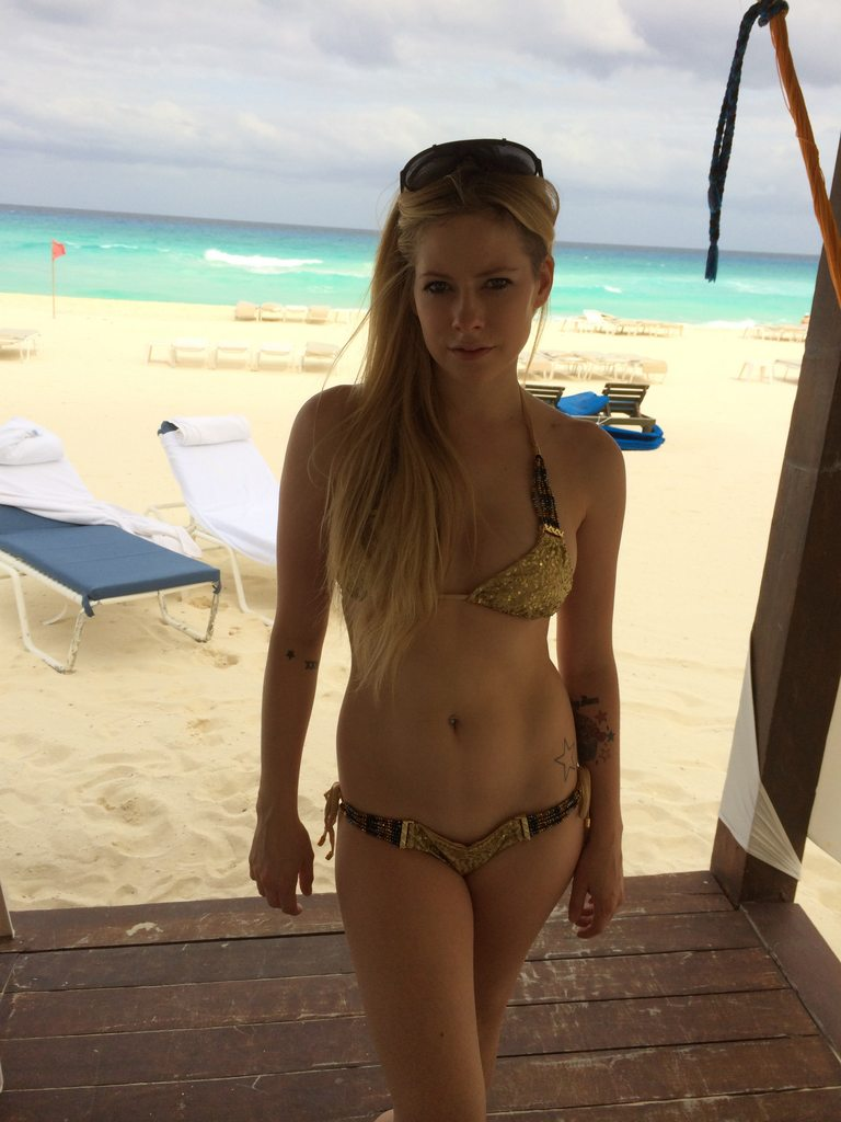 Avril Lavigne Sexy & Hot Leaked Photos