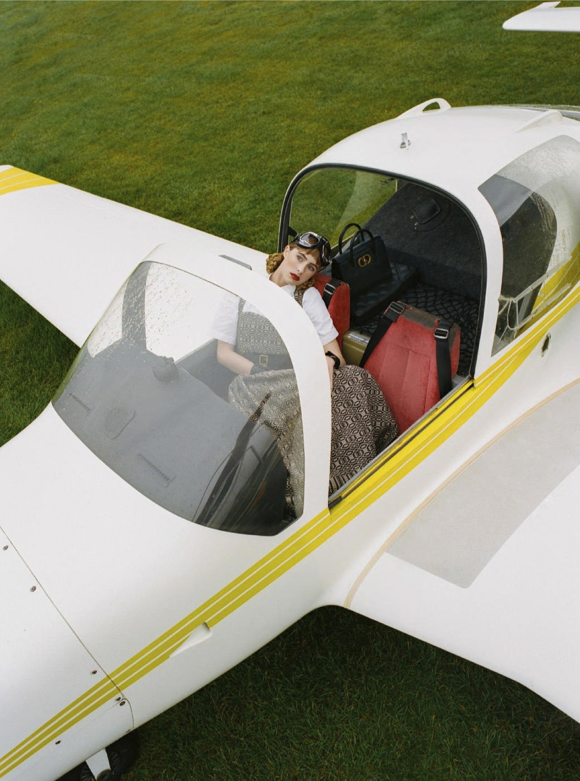 Лолита Гонсалес на крыле самолета / фото 03