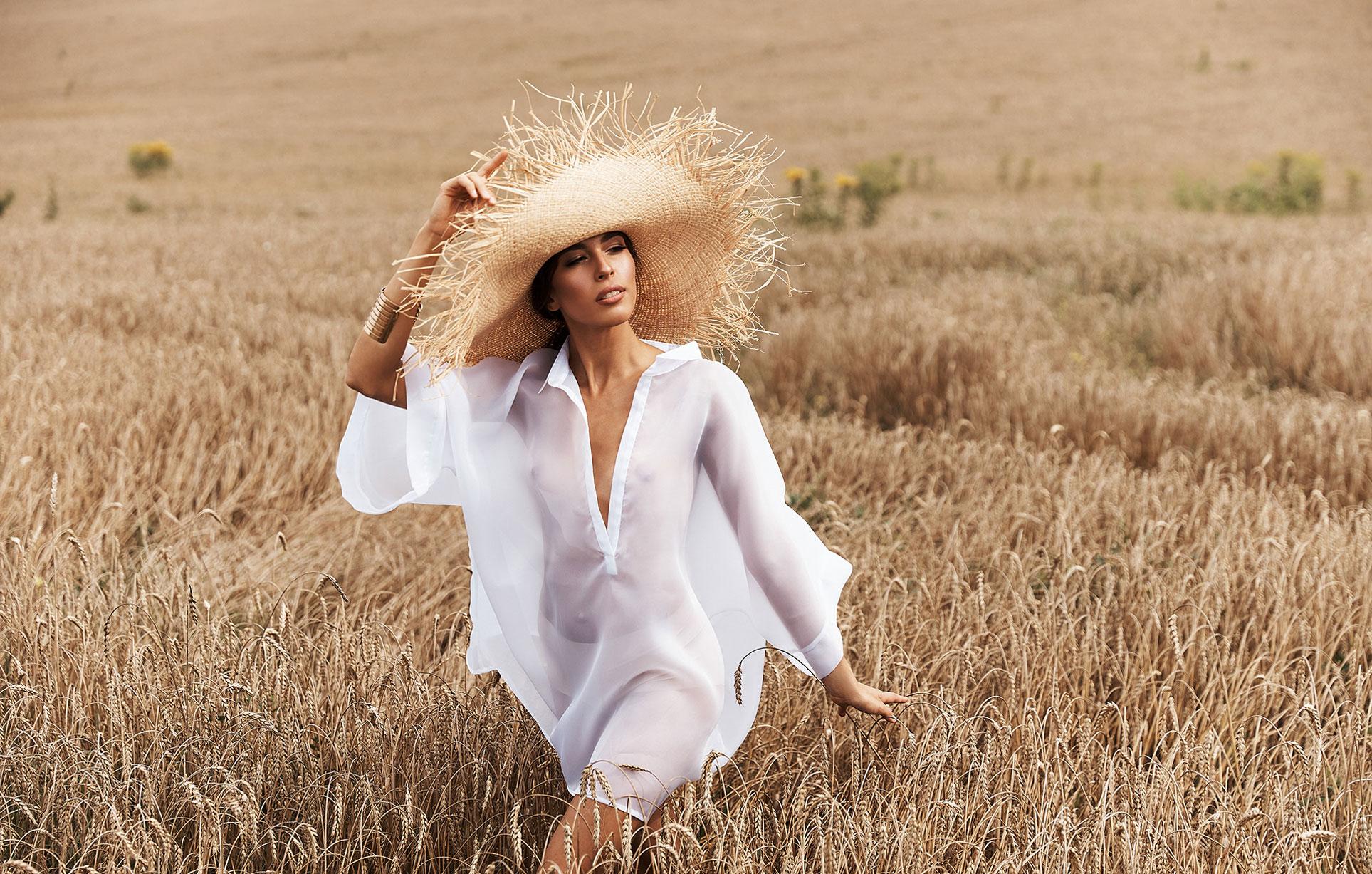 Красивая сексуальная девушка в пшеничном поле / фото 09
