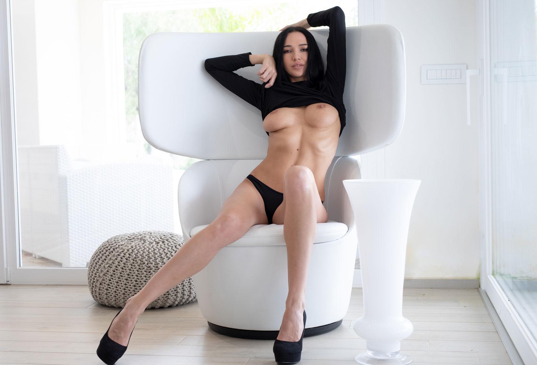 Чтение и другие радости сексуальной девушки / Анастасия Марципанова, фотограф Филиппо Сано / фото 04