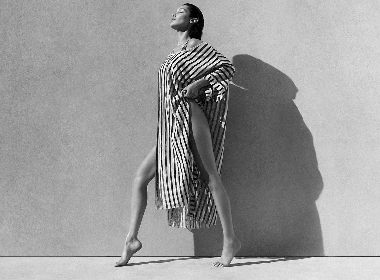 Белла Хадид в рекламной кампании купальников Calvin Klein, 2020 год / фото 02