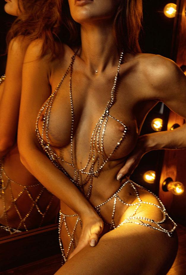 Сексуальная голая девушка в драгоценных цепях / фото 18
