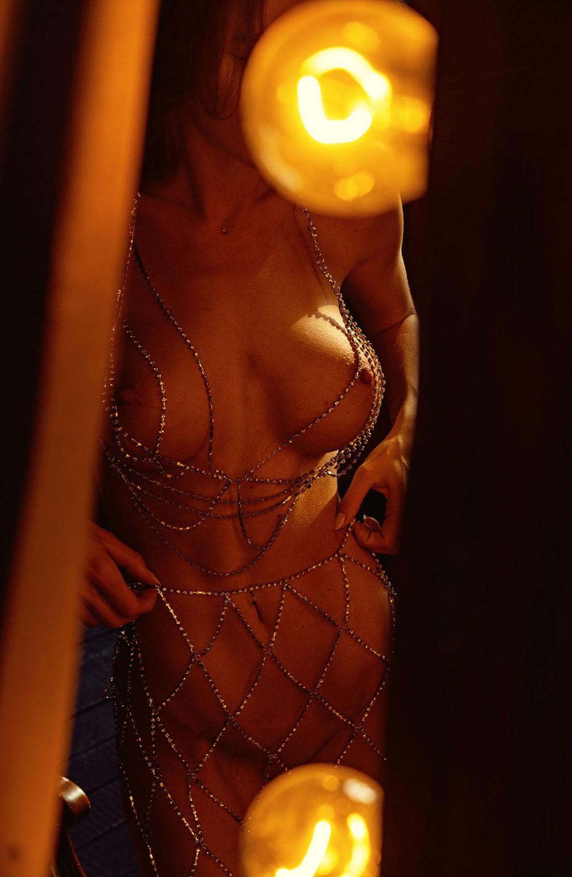 Сексуальная голая девушка в драгоценных цепях / фото 20