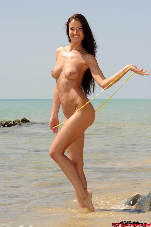 En la playa con una tanga diminuta