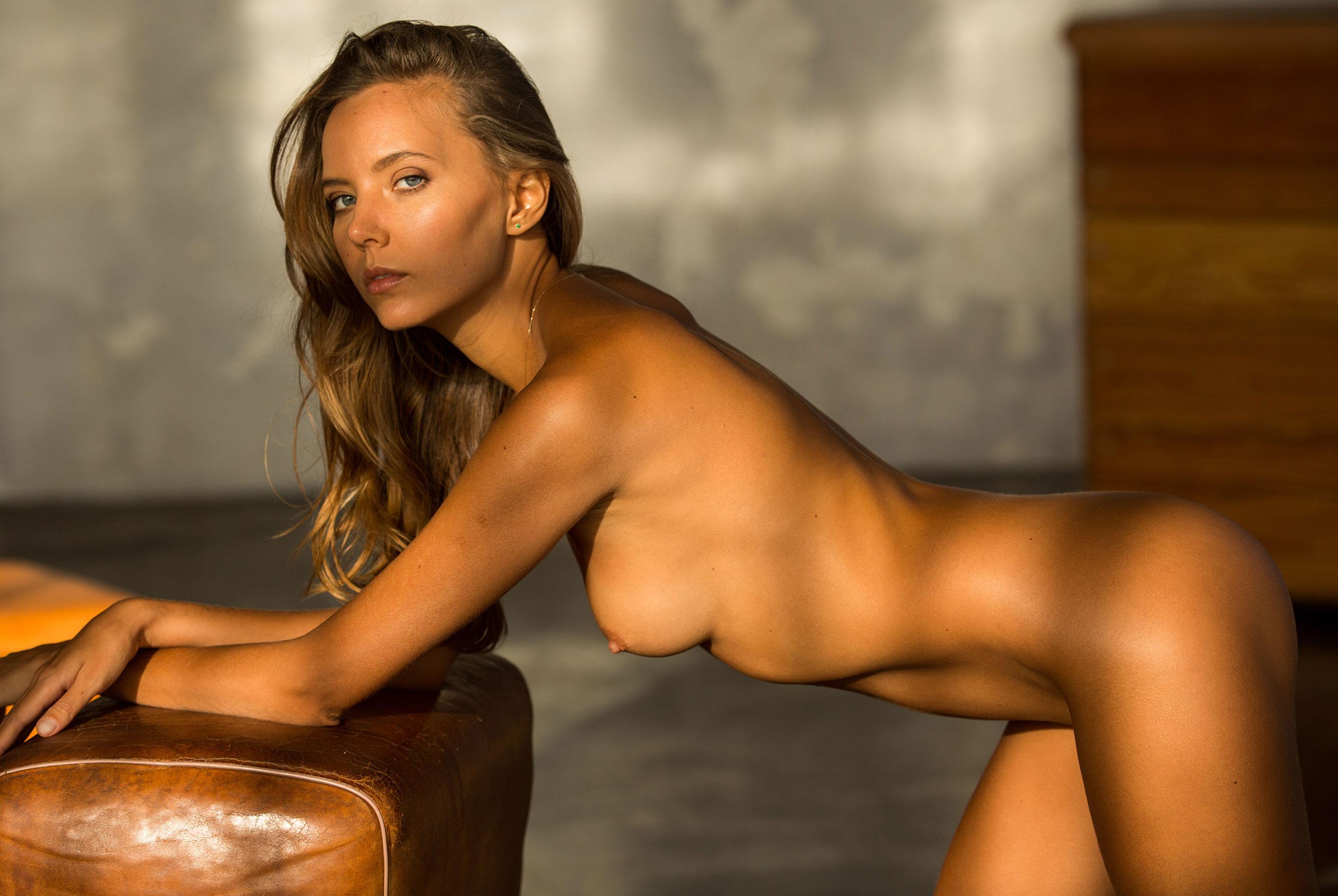 голая Катя Кловер занимается гимнастикой в спортзале / фото 17