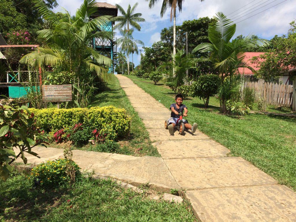 Bambino del Villaggio Puerto Nariño