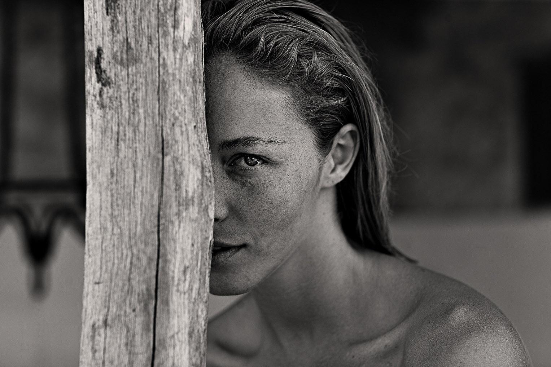 голая Виктория отдыхает у бассейна / фото 09