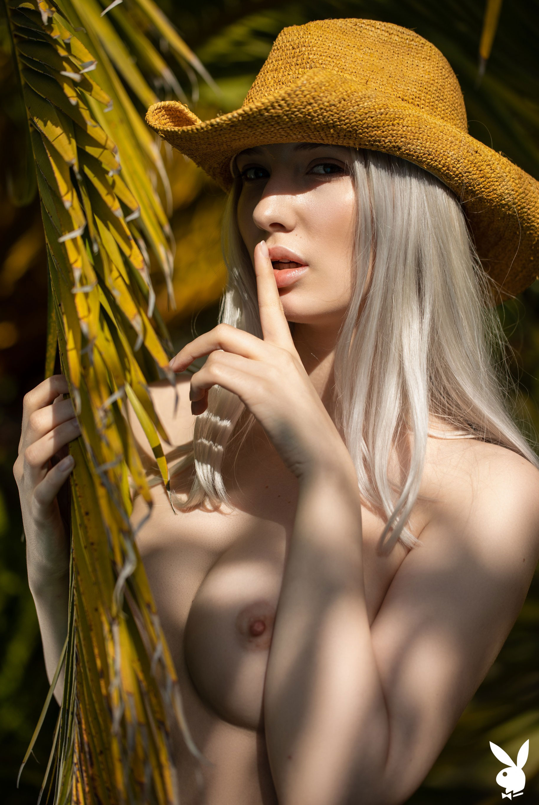 Сексуальная и голая Моника Васп в окружении тропических растений / фото 10