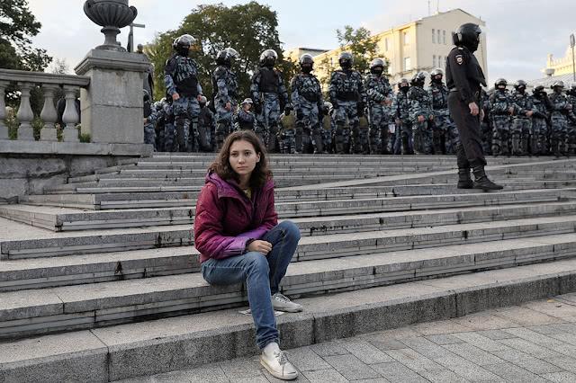 Школьница Ольга Мисик перед оцеплением на Китай-городе