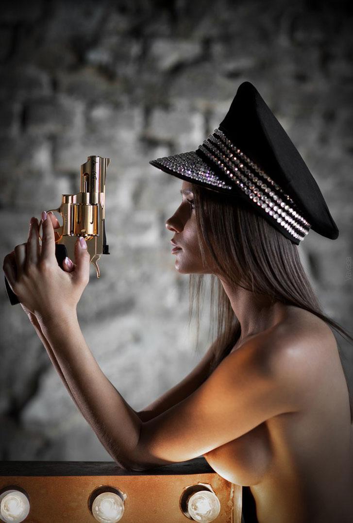 Обнаженная Кристина Макарова вооружена револьвером и очень опасна / Kristina Makarova and Dan Wesson by Vladimir Nikolaev