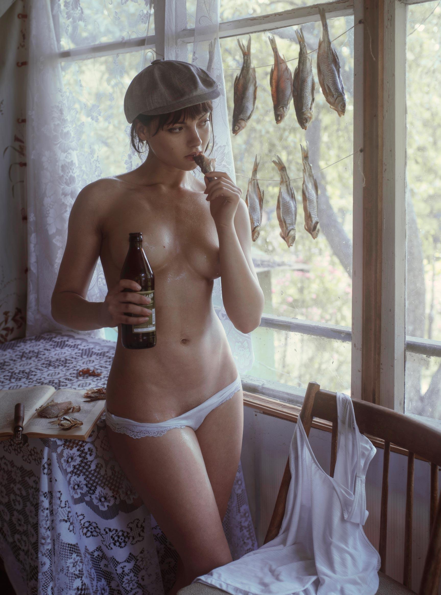 Сексуальная фотомодель Sophie la Sage с пивом и таранькой в интерьерах старой советской квартиры / фото 09