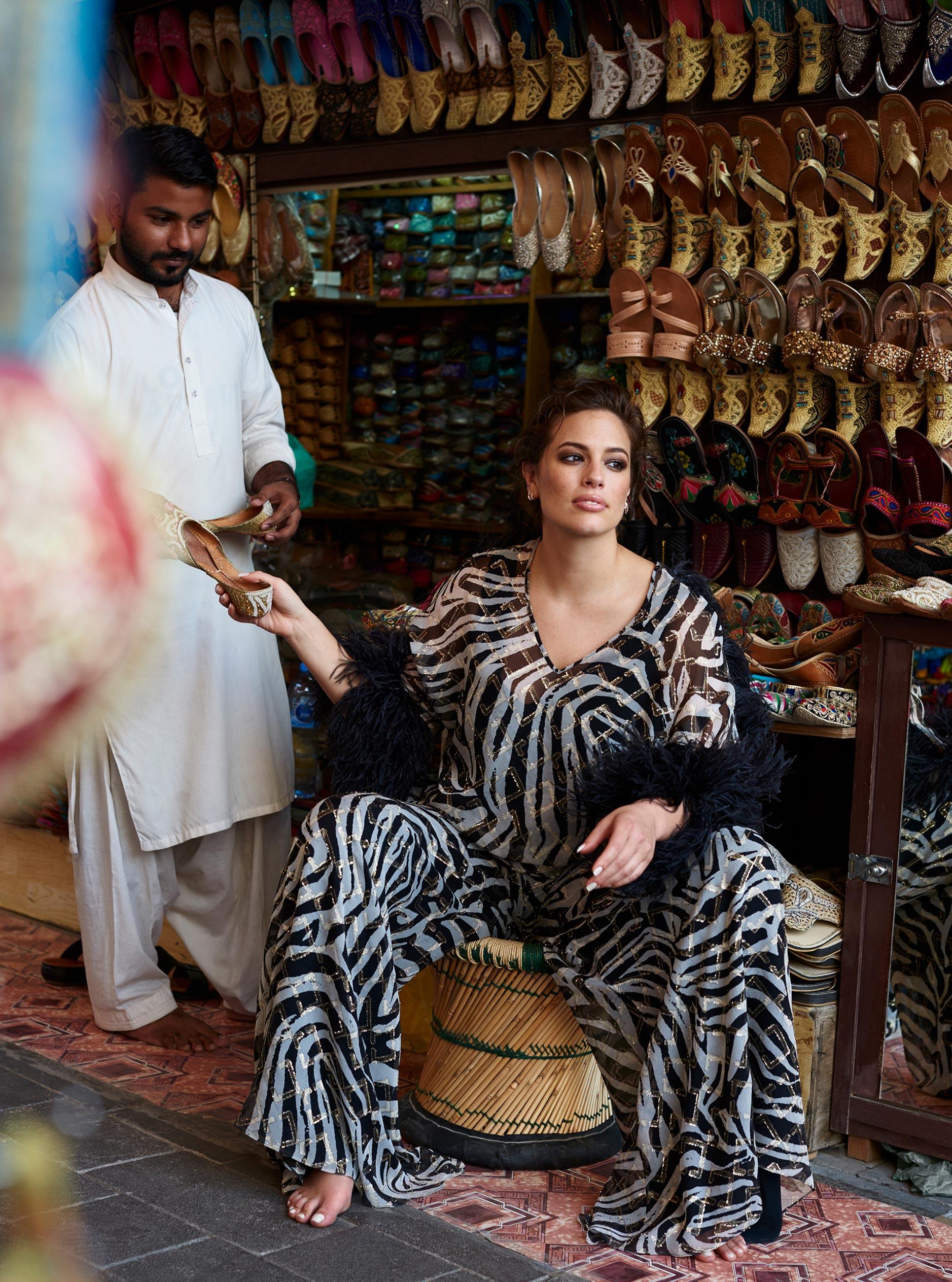 Эшли Грэм гуляет по старому городу в Дубае / фото 08