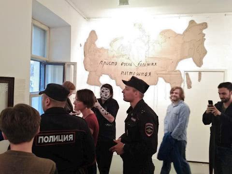 Сентемов осматривает экспозицию