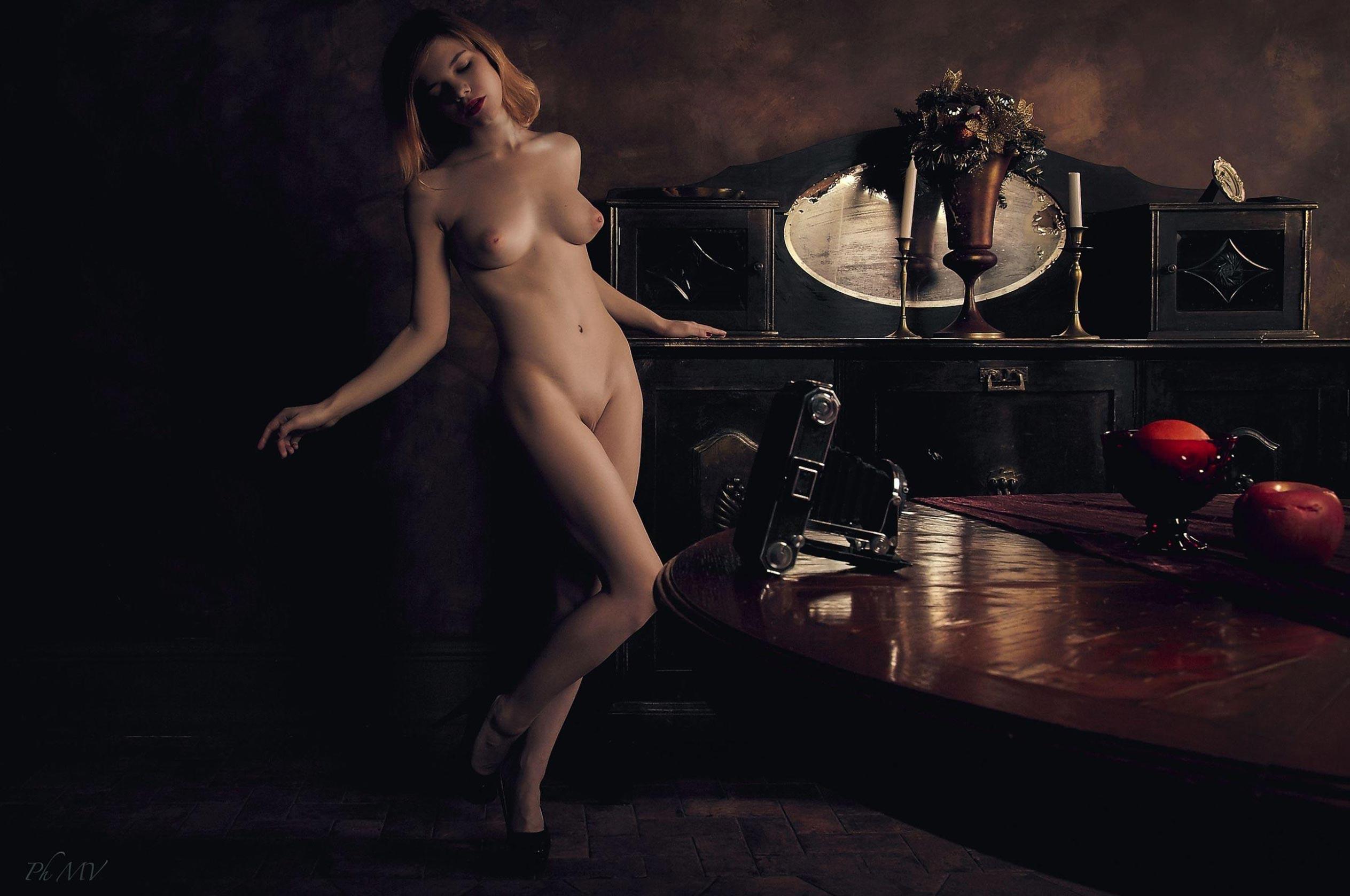 голая Мария Зайцева в старом профессорском доме / фото 07